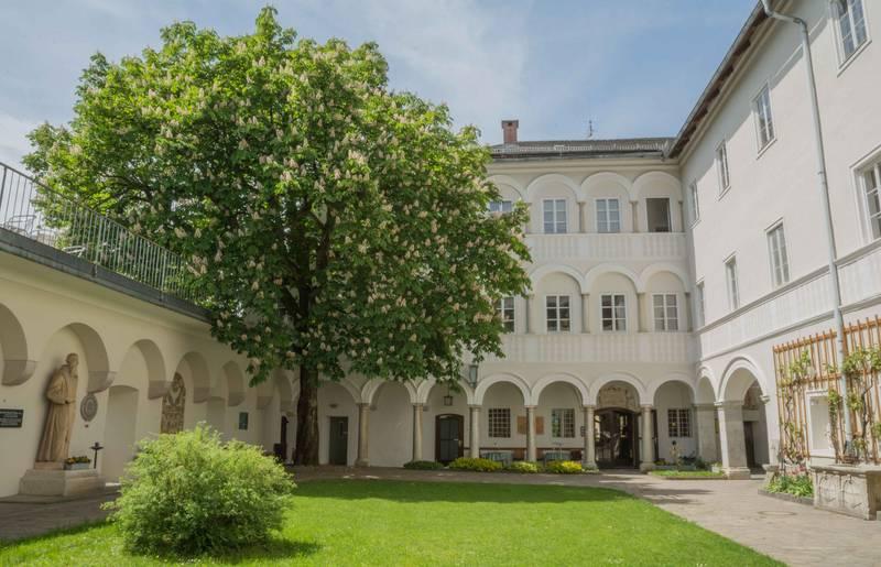 <p>Burgen und Schlösser in Kärnten, Kloster Wernberg Innenhof</p>