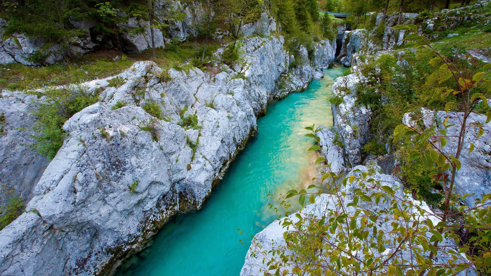 Große Soča Schlucht. Eine der schönsten natürlichen Sehenswürdigkeiten entlang des smaragdgrünen Soča-Flusses.