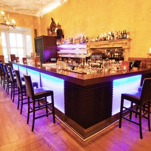 <p>Burgen und Schlösser in Kärnten, Schloss Wolfsberg Marmorsaal Bar</p>