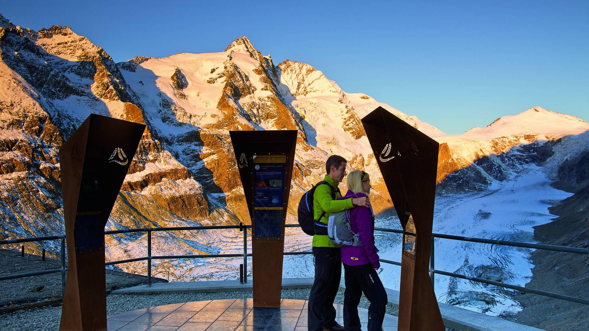 Kaiser-Franz-Josefs-Höhe. Startplatz der ersten Etappe des AAT auf 2.396 m. Blick auf Großglockner, Johannisberg und Pasterze.