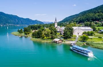 Der Ossiacher See in Kärnten mit dem Stift Ossiach