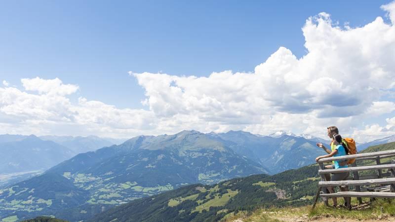 <p>Alpe Adria Trail, Tschierweger Nock mit Blick zur Reißeckgruppe</p>