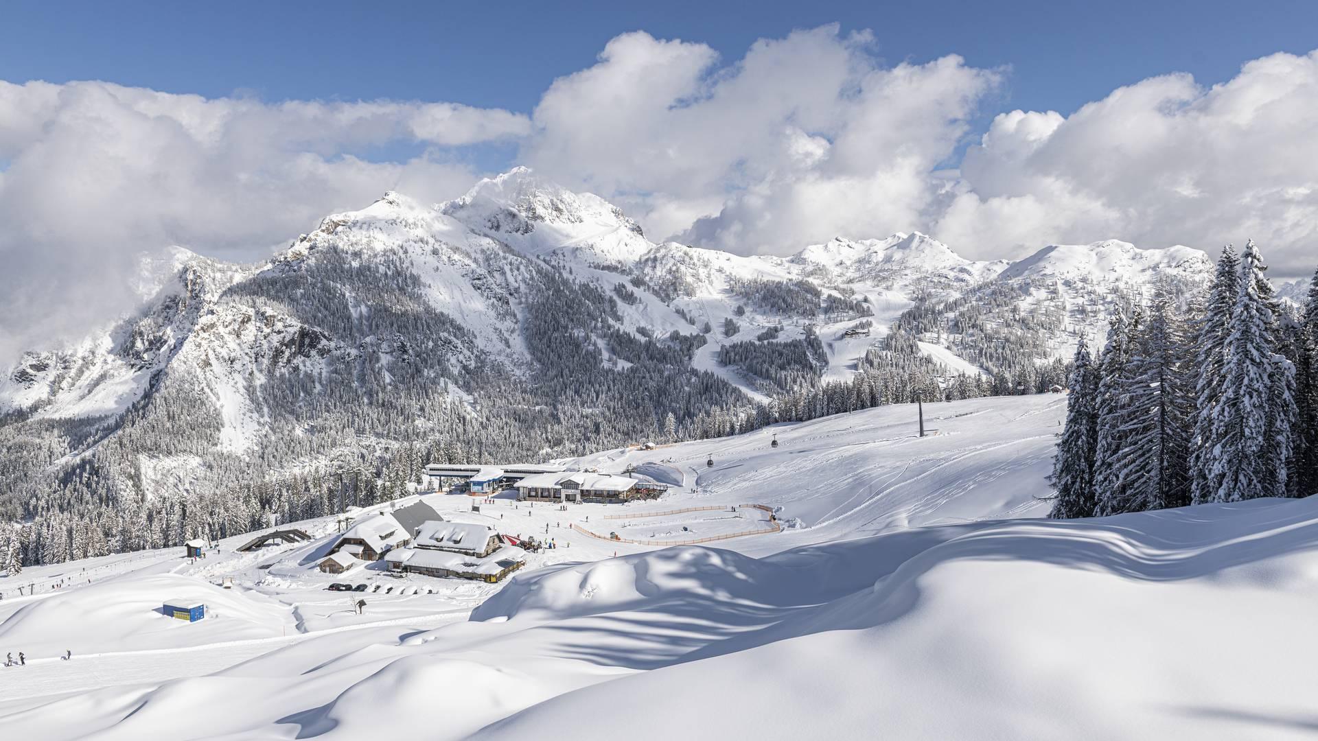 <p>Der Himmel ist blau, an den Bergspitzen hängen noch die letzten Wokenschwaden und die Tessdorfer Alm liegt tief verschneit inmitten diesem zauberhaften Bergpanoramas. Das Nassfeld ist das Skigebiet in Kärnten an der Grenze zu Italien und befindet sich in der Urlaubsdestination Nassfeld-Pressegger See.</p>