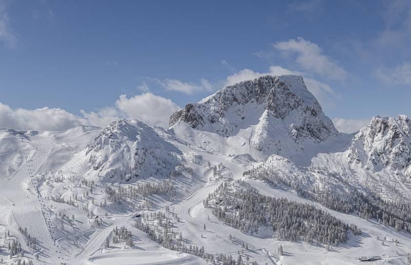 <p>Der Himmel ist blau, an den Bergspitzen hängen noch die letzten Wokenschwaden und das Bergpanorama ist tief verschneit. Das Nassfeld liegt in der Urlaubsdestination Nassfeld-Pressegger See in Kärnten.</p><p><br></p><p><strong>&nbsp;</strong></p>