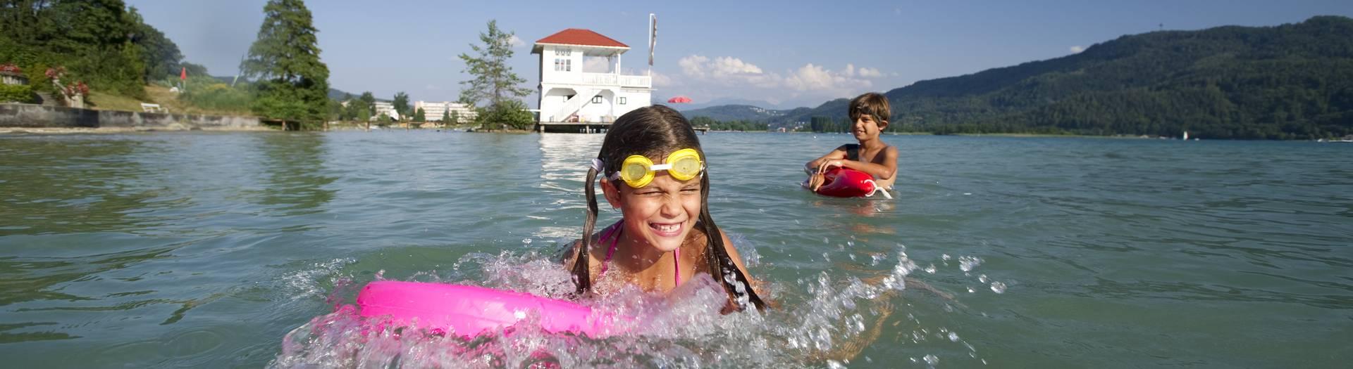 Kinder beim Baden am See