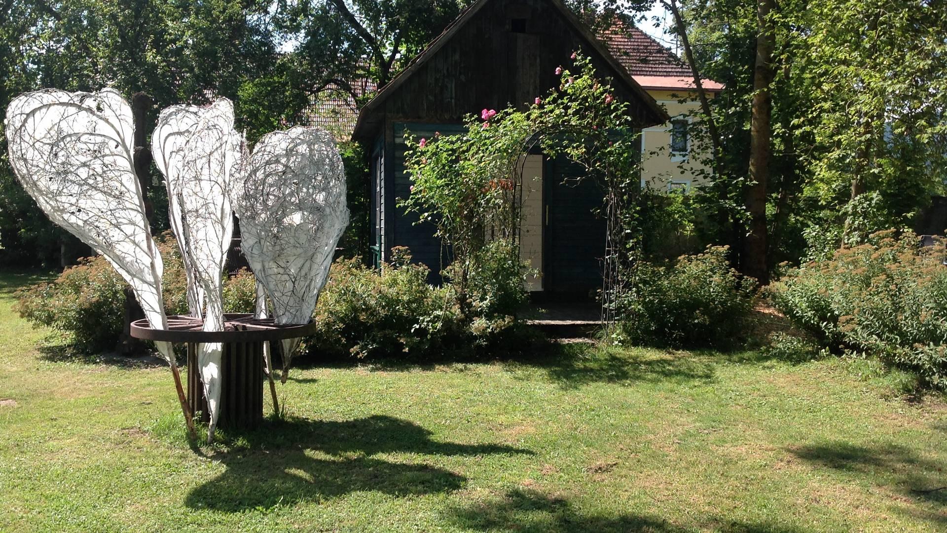 <p>Burgen und Schlösser in Kärnten, Schloss Ebenau, Galerie Walker Schlosspark mit Sonnengeflechten von Elke Maier</p>