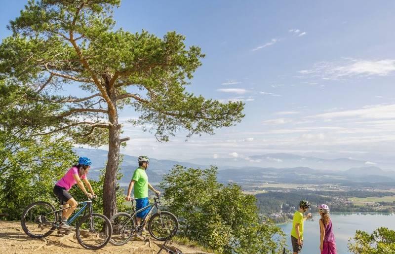 Eine wunderschöne Aussicht auf den Klopeiner See genießen. Wanderspaß für die ganze Familie.