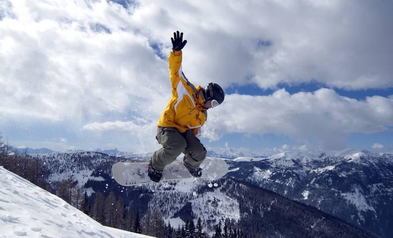 Snowboardsprung auf der Piste