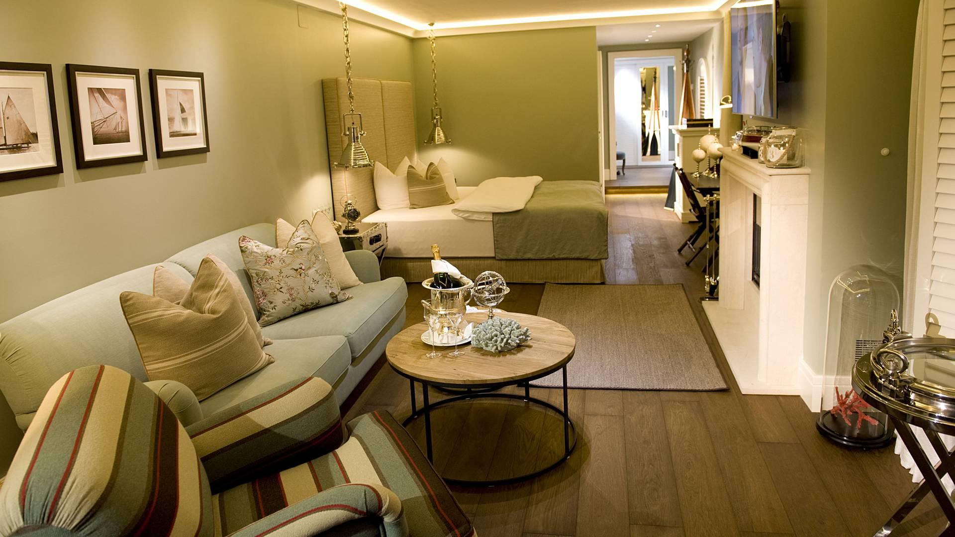 KOLLERs Hotel Bootshaus Suite Wohn Schlafraum