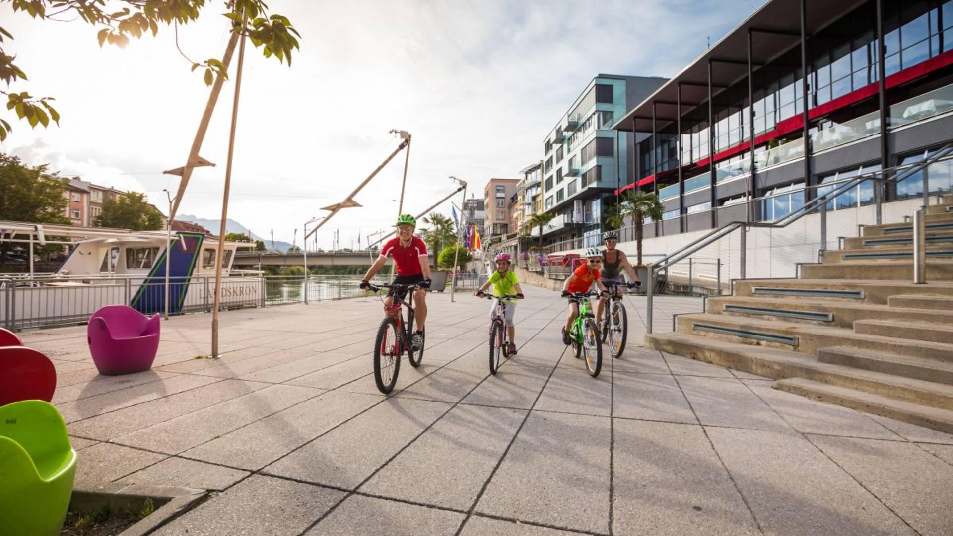 Biken in der Region Villach mit Frau und Kindern.