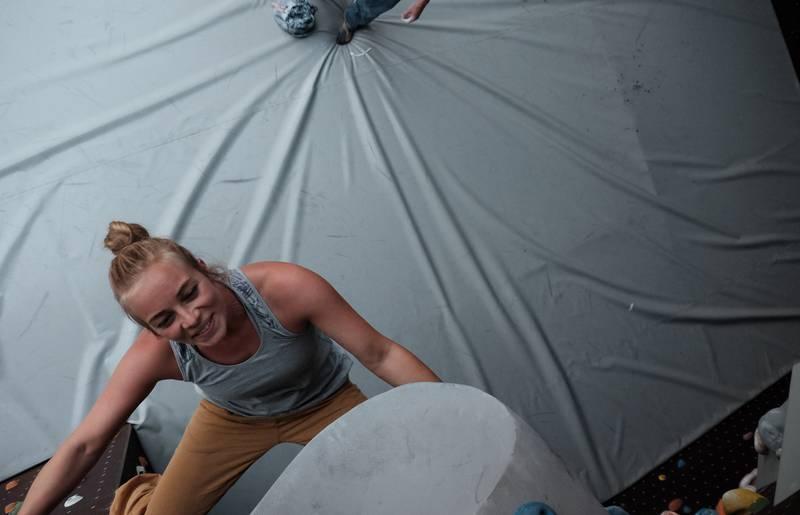 Sabrina beim Bouldern Alpincenter Zell Sele