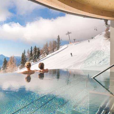 Mountain Resort Feuerberg_Im Whirpool mit Winterpanorama