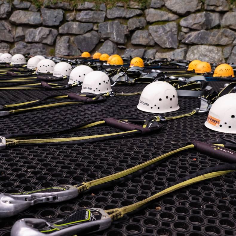 Kletterwald Ossiacher See Helm Gurt und Karabiner geben ein sicheres Gefuehl