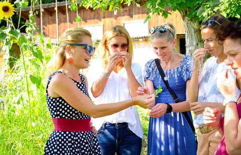 Kraeutertour im Garten Wilde Koechelei in der Labsalerie