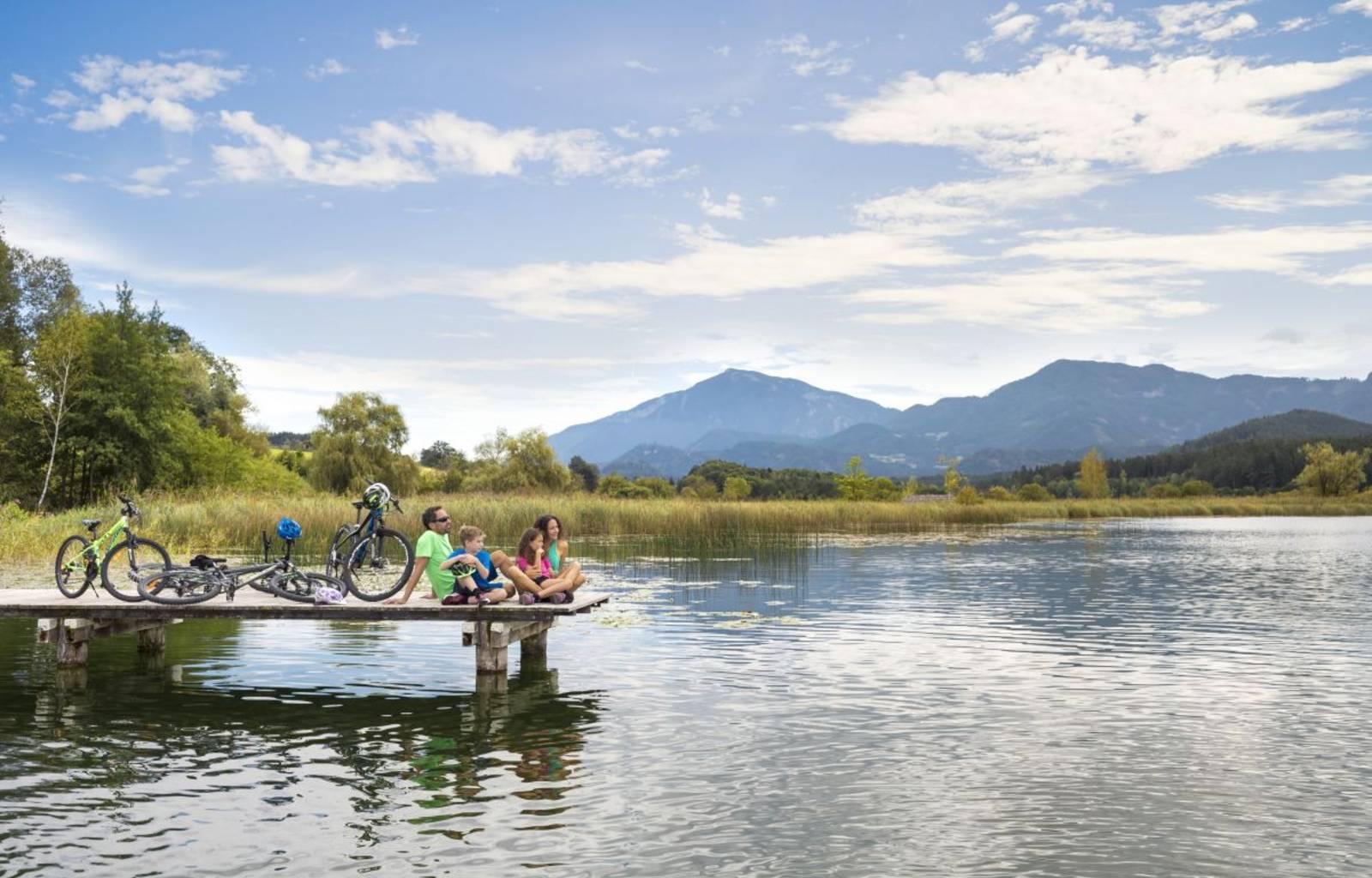 Mit der ganzen Familie um den Klopeiner See radeln und am Steg die Aussicht genießen.