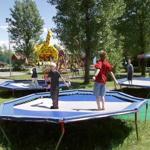 Trampolin und Hüpfburg im 1. Kärntner Erlebnispark am Pressegger See