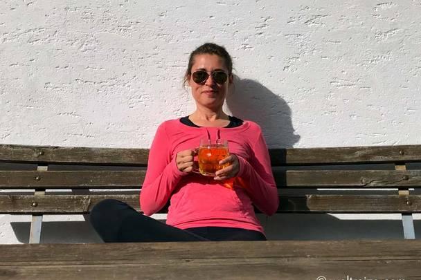 Claudia mit Apfelmost vor Buschenschenke Kotsch Kaernten