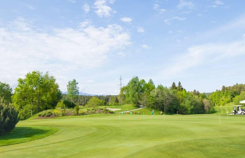 Kärnten bietet wunderschöne Golfanlagen, umgeben von einer beeindruckenden Naturlandschaft.